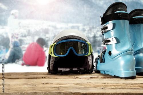 drewniana-lawka-z-kaskiem-narciarskim-goglami-i-butami-narciarskimi