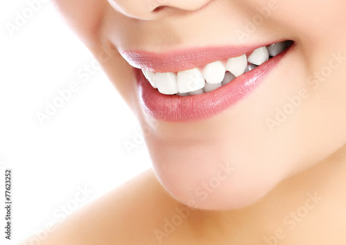 Fotografia  Young smiling woman, white background, copyspace