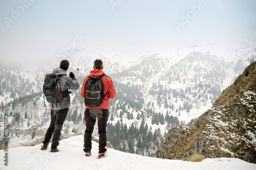 Fotografía  Hikers admiring the winter landscape