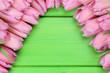 Leinwandbild Motiv Tulpen Blumen auf Holzbrett zum Frühling oder Muttertag mit Tex