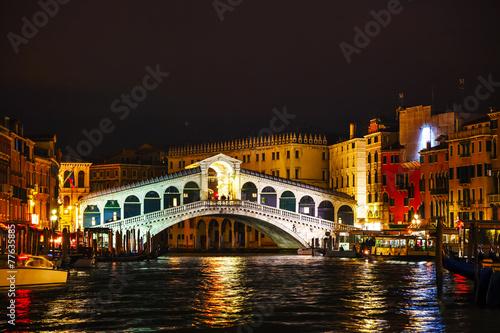 Foto  Rialto Bridge (Ponte Di Rialto) in Venice, Italy
