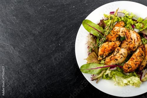 Fotografía  Hähnchenbrust auf Salat