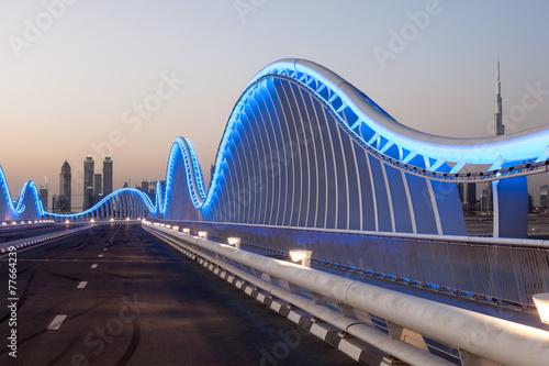 Fototapeta Meydan Bridge w Dubaju w nocy. Zjednoczone Emiraty Arabskie