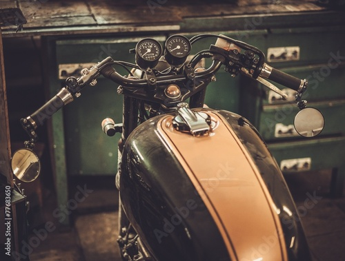 Fotobehang Fiets Vintage style cafe-racer motorcycle in customs garage