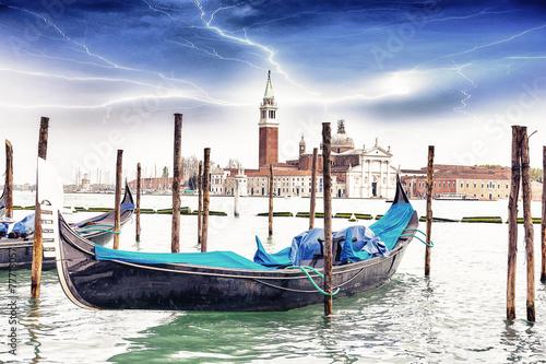 gondola-na-tle-kosciol-sw-jerzego-w-wenecji-w-trakcie-burzy-z-piorunami