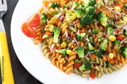 Fényképezés pasta fusilli colorati con verdure
