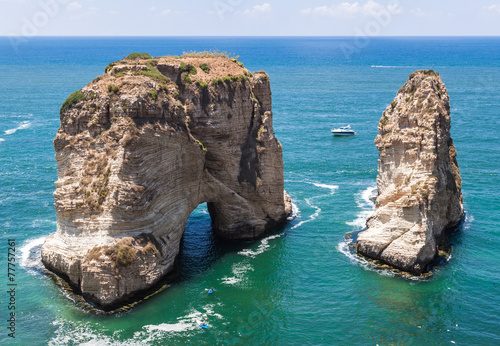 Photo Pigeons' Rock limestone island in  Beirut, Lebanon