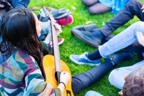 Fotografía  Freunde singen gemeinsam Lieder im Sommer