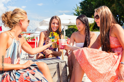 Fotografie, Obraz  Freundinnen trinken Cocktails in Beach Bar