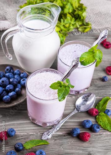 Foto op Plexiglas Milkshake Milkshake with blueberries, raspberries and mint