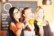 canvas print picture - Junge Mädels mit frischen Früchten