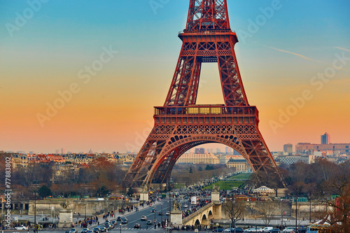 Montage in der Fensternische Gelb Schwefelsäure Scenic view of the Eiffel tower at sunset