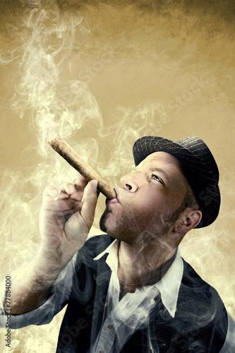 mezczyzna-pali-duze-cygaro-otoczone-dymem