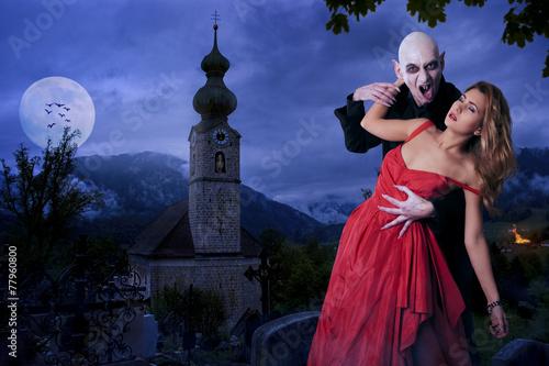 Fotografie, Obraz  Vampir beisst hübsches Mädchen
