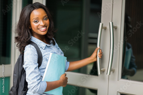 Photo  african female college student going to lecture hall