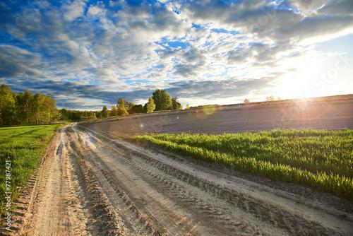 Fototapeta Wiejski pejzaż drogi z flarą obraz