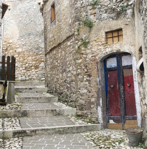 schody-prowadzace-do-gory-oraz-stary-kamienny-budynek-w-morro-reatino-wloska-wioska
