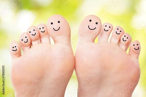 Fotografie, Obraz  Füße mit lachenden Gesichtern