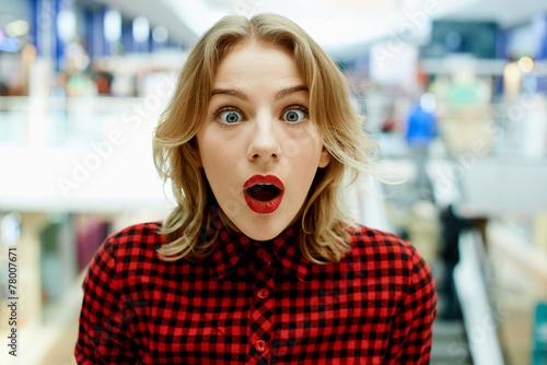 Fotografie, Obraz  Удивленная девушка в магазине
