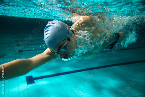 Papiers peints Male swimmer at the swimming pool.Underwater photo.