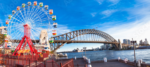 Photo Stands Sydney Luna park wheel with harbour bridge arch in Sydney, Australia.