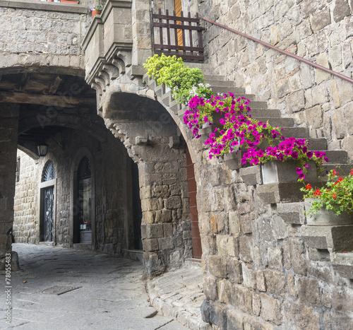 stare-sredniowieczne-kamienne-uliczki-w-miescie-viterbo-wlochy