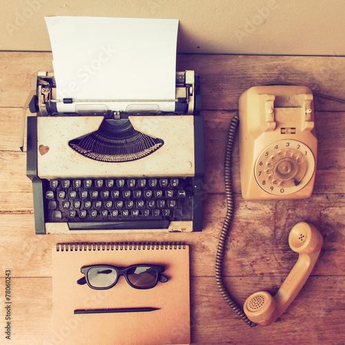 vintage typewriter on the wood desk - 78060243