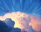 cielo azul con rayos de luz tras las nubes