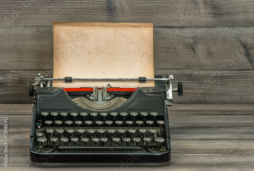 In de dag Retro antique typewriter with grungy textured paper page. vintage styl