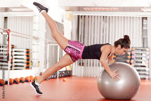 Photo  pretty young woman doing pilates exercises with ball