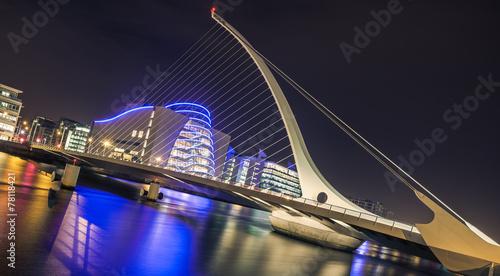 Poster Bridges Samuel Beckett bridge in Dublin, Ireland at night