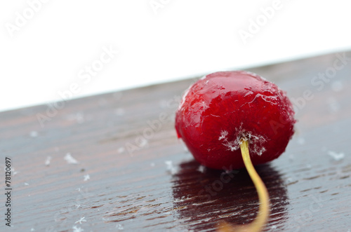 Fotografía  Cherry in ice and snowflakes