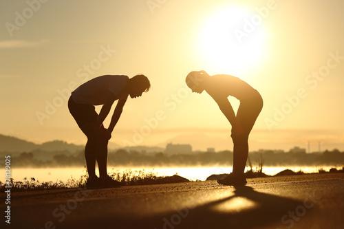 Fotografie, Obraz  Vyčerpaní a unavení fitness pár siluety při západu slunce