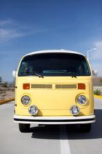 Gelber Bus Vor Blauem Himmel
