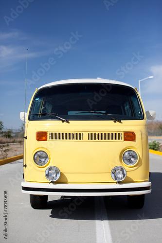 Photo  Gelber VW Bus vor blauem Himmel