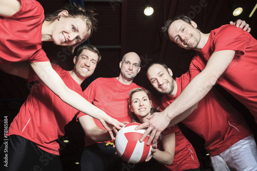 Fotografiet  A big team of volleyball wearing in red