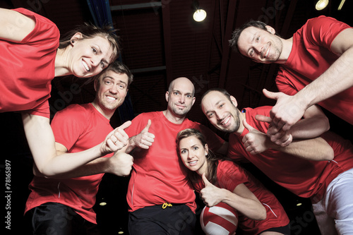 Canvastavla  A big team of volleyball wearing in red
