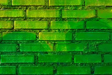 Mauer mit gruenen Ziegeln