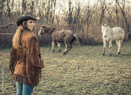 Photo  cowgirl with horses