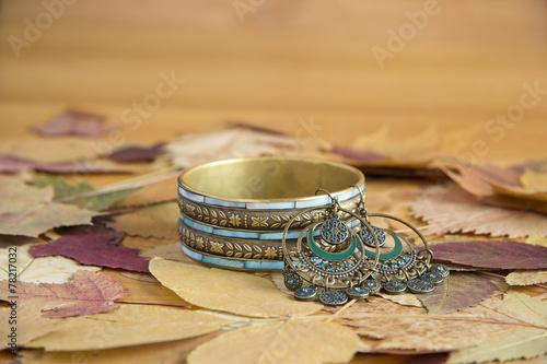 Fotografía  Браслет и серьги на листьях