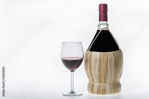 Tradizionale fiasco di vino chianti Fotobehang