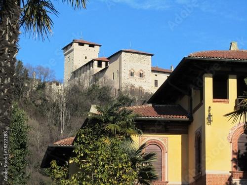 Fotografija  Burg Rocca in Angera am Lago Maggiore im Winter - Italien