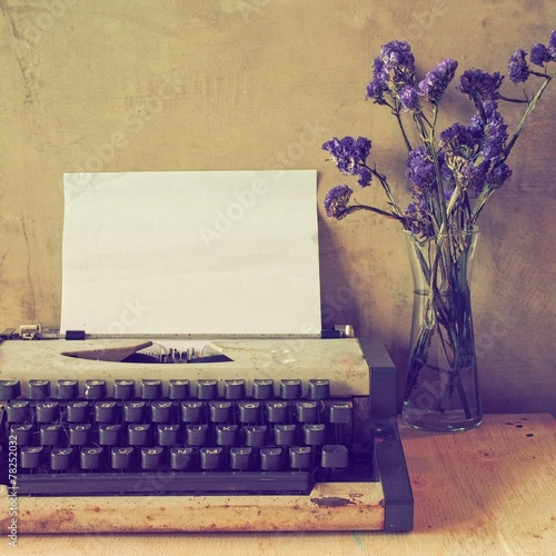 Papiers peints Retro vintage typewriter on the wood texture