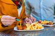 Leinwanddruck Bild - Paar isst Currywurst an Imbissbude