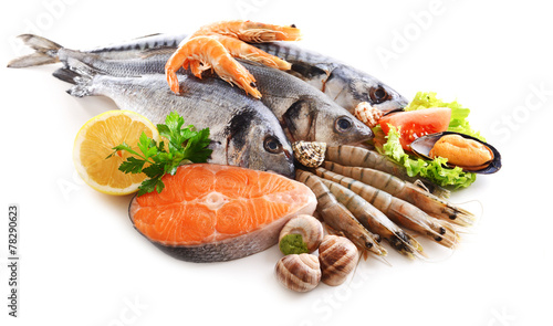 Fotografía Fresh fish and other seafood isolated on white