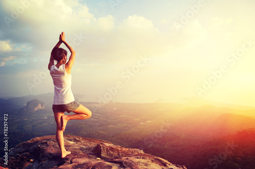 In de dag School de yoga yoga woman meditation on mountain peak