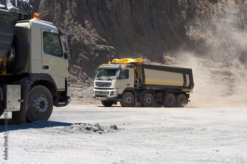Fototapeta Ciężarówka i spychacz pracują w kamieniołomie