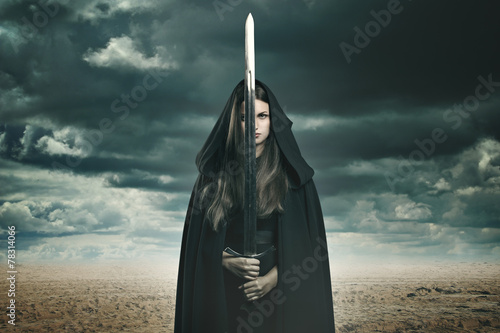 Foto  Schöne dunkle Frau in einer Wüstenlandschaft
