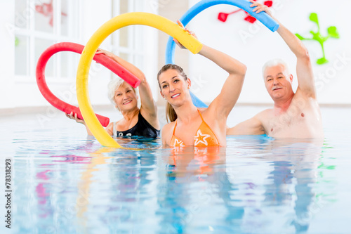 Fotografie, Obraz  Leute bei Aquarobic Fitness im Wasser