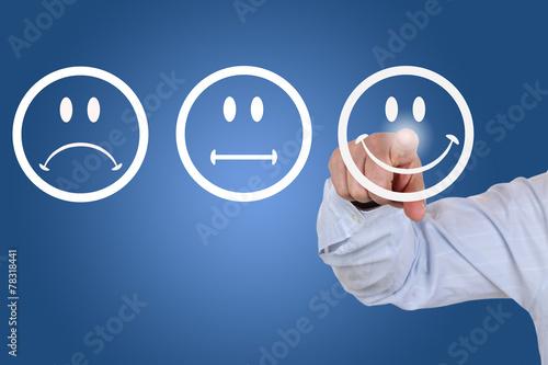 Fotografía  El hombre de negocios beim abgeben einer mit Bewertung lachendem Smiley